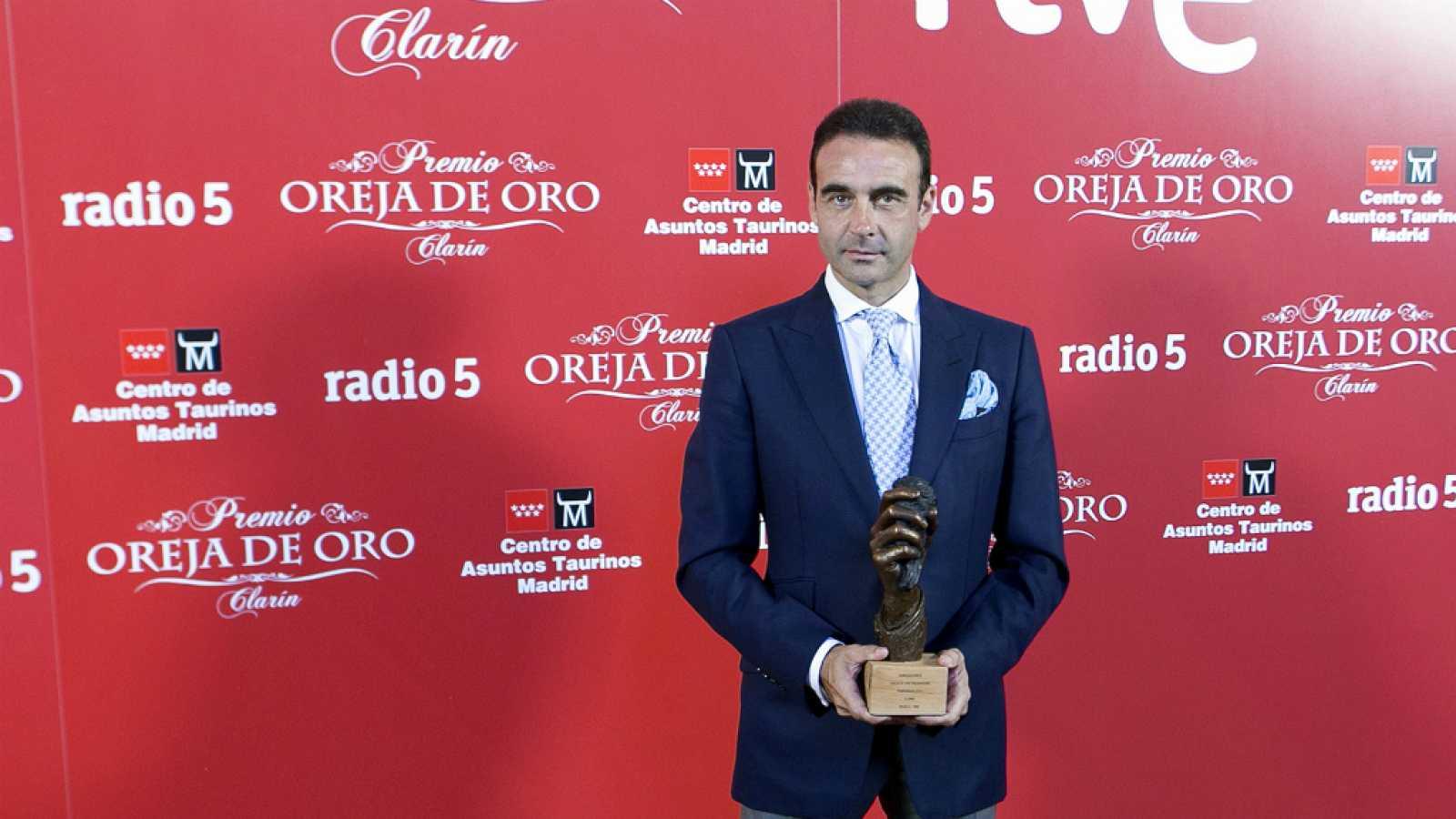 Ponce recibe la oreja de oro de Radio Nacional bilaketarekin bat datozen irudiak