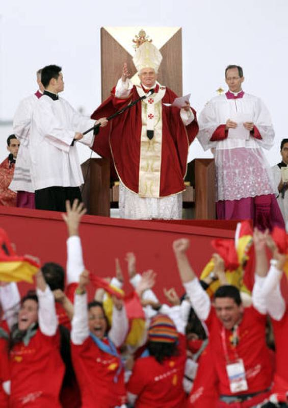 Spanish pilgrims celebrate Madrid being named host city for 2011 World Youth Day by Pope Benedict XVI in Sydney
