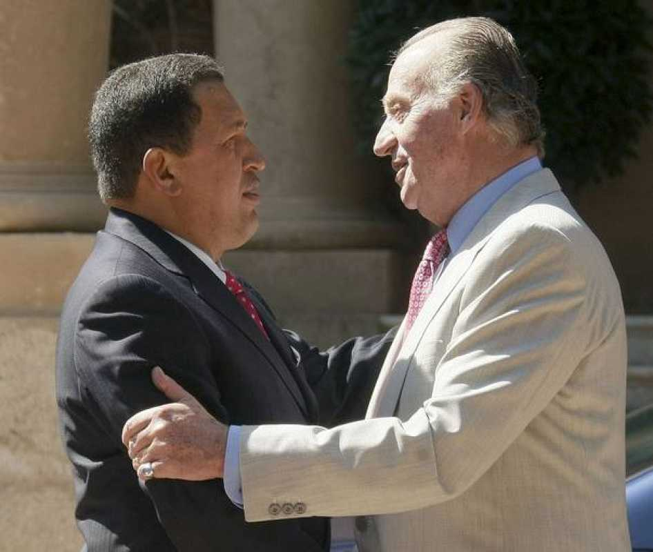 El rey Juan Carlos y el presidente de presidente venezolano, Hugo Chávez conversan a las puertas del Palacio de Marivent de Palma de Mallorca, residencia de verano de la Familia Real.