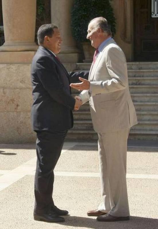 Don Juan Carlos y el presidente de presidente venezolano, Hugo Chávez se estrechan la mano hoy a las puertas del Palacio de Marivent de Palma de Mallorca, en el primer encuentro cara a cara tras '¿por qué no te callas?'