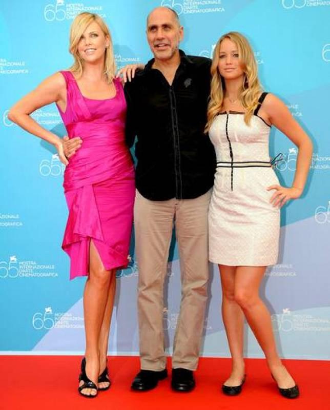 El director mexicano Guillermo Arriaga y las actrices protagonistas de su última película, 'The Burning Plain', la sudafricana Charlize Theron y la estadounidense Jennifer Lawrence.