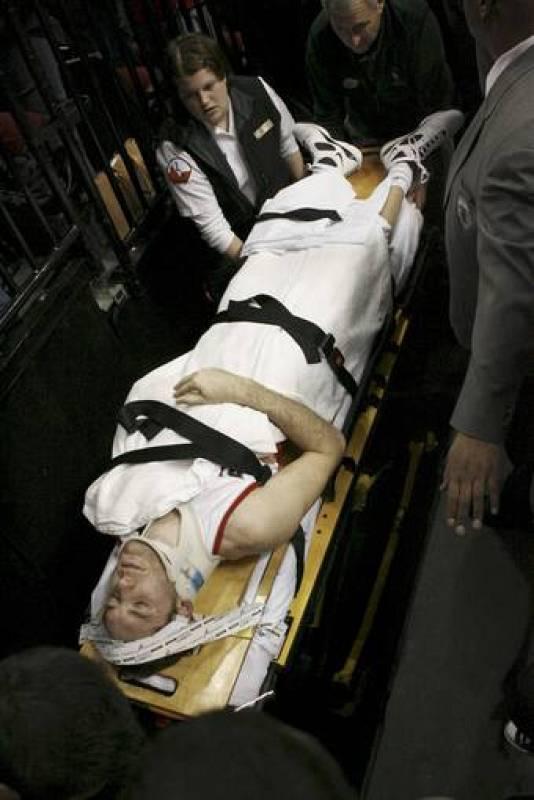 El novato español abandonó el campo con un collarín que le sujetaba el cuello y fue llevado a un hospital para que le hicieran algunas pruebas.