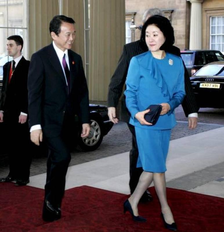 El primer ministro japonés, Taro Aso, junto a su esposa, Chikako, a su llegada al Palacio de Buckingham