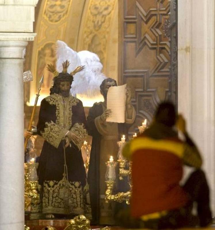 """Paso de Jesús de la Sentencia a su salida de la basílica de La Macarena en el comienzo de la """"Madrugá""""."""