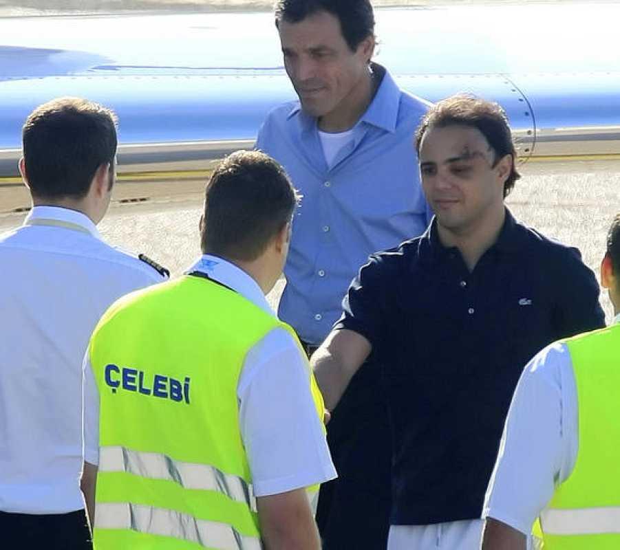 Massa saluda a los miembros de la tripulación del avión antes de salir de Budapest.