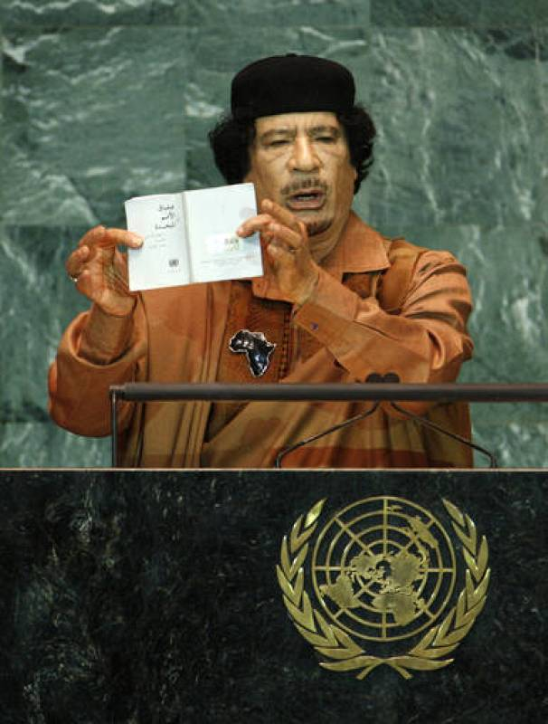 Gadafi muestra la Carta de las Naciones Unidas durante su intervención en la Asamblea General de la ONU.