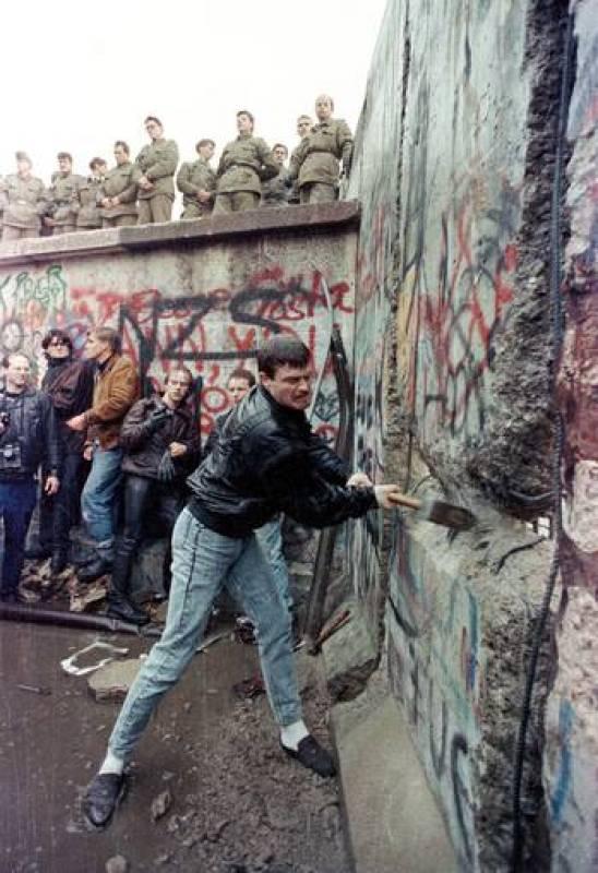 Los berlineses agudizaron el ingenio e intentaron atravesar el muro mediante globos de fabricación casera, túneles e incluso coches con doble fondo.