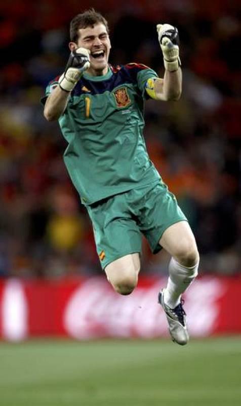 Casillas celebra el gol de su compañero Andrés Iniesta