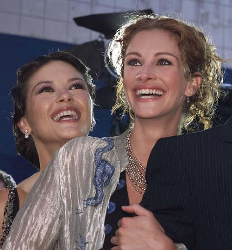 Catherine Zeta-Jones y Julia Roberts en un preestreno de 'La pareja del año' (2001)