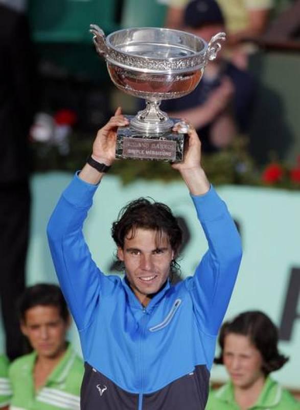 El tenista español Rafael Nadal alza el trofeo tras vencer al suizo Roger Federer en la final del torneo de Roland Garros en París, Francia, el domingo 5 de junio de 2011. Nadal derrotó a Federer por 7-5, 7-6 (3), 5-7, y 6-1 para ganar por sexta vez