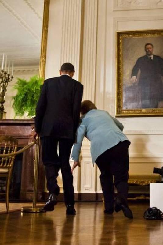 Merkel tropieza a su llegada a la rueda de prensa que concedió junto a Obama tras su reunión en la Casa Blanca.