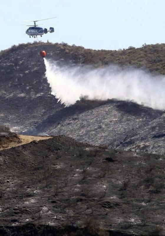 Un helicóptero trabaja en las tareas de extinción del incendio forestal