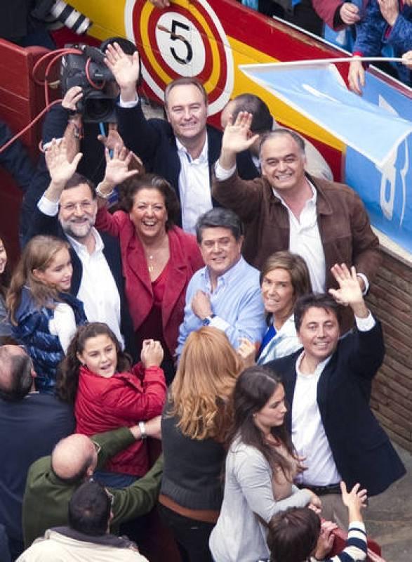 El candidato del PP a la Presidencia del Gobierno, Mariano Rajoy (i), junto a la alcaldesa de Valencia, Rita Barberá (2-i); el presidente de la Generalitat, Alberto Fabra (detrás-c); Federico Trillo (3-i) y el portavoz, Esteban Gonzalez Pons (detrás-