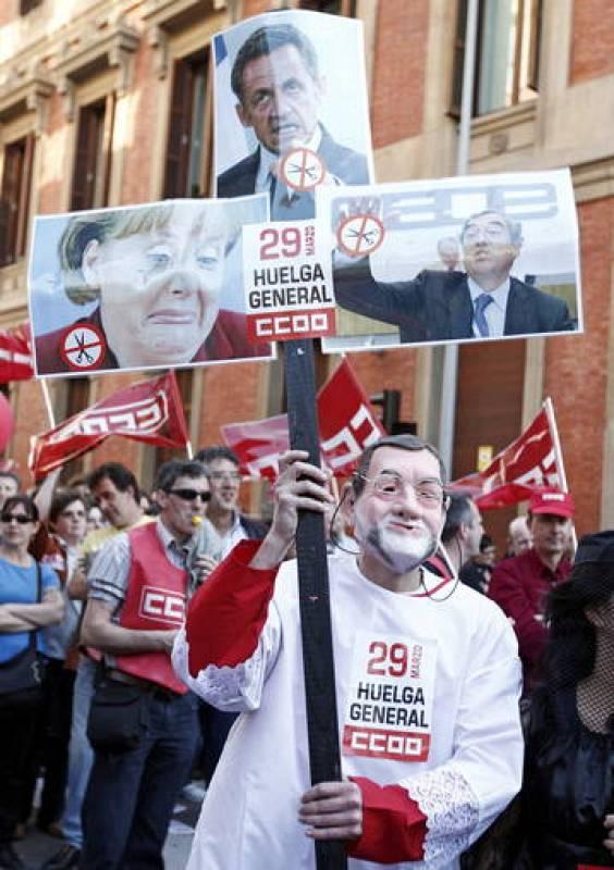 Un manifestante disfrazado de Rajoy durante la manifestación de Pamplona.