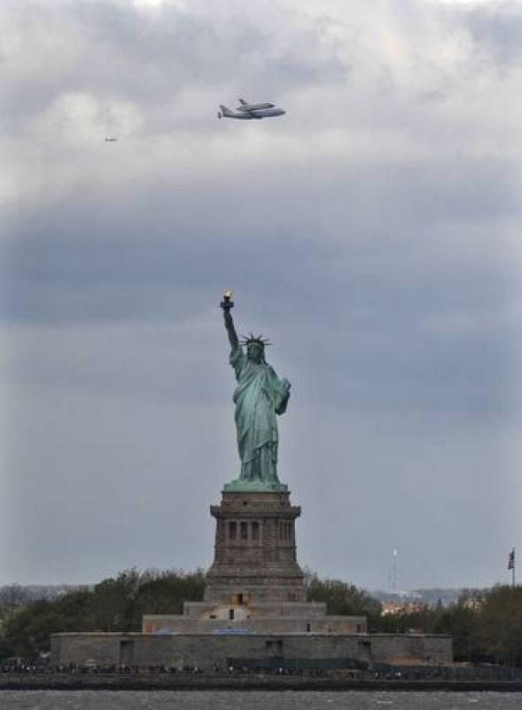 El transbordador sobrevuela la Estatua de la Libertad antes de aterrizar para ser llevado a un museo.