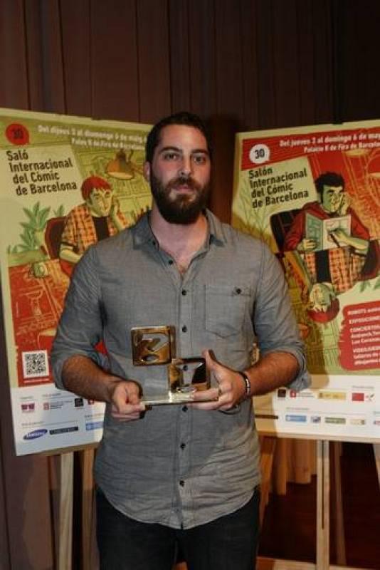 José Domingo con el Premio a la Mejor Obra Nacional por 'Aventuras de un oficinista japonés'