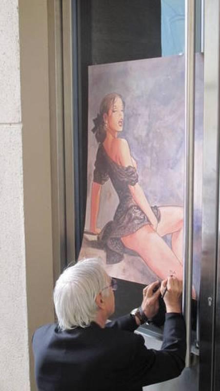 MIlo Manara firmando un poster de su obra más famosa, 'El Click'