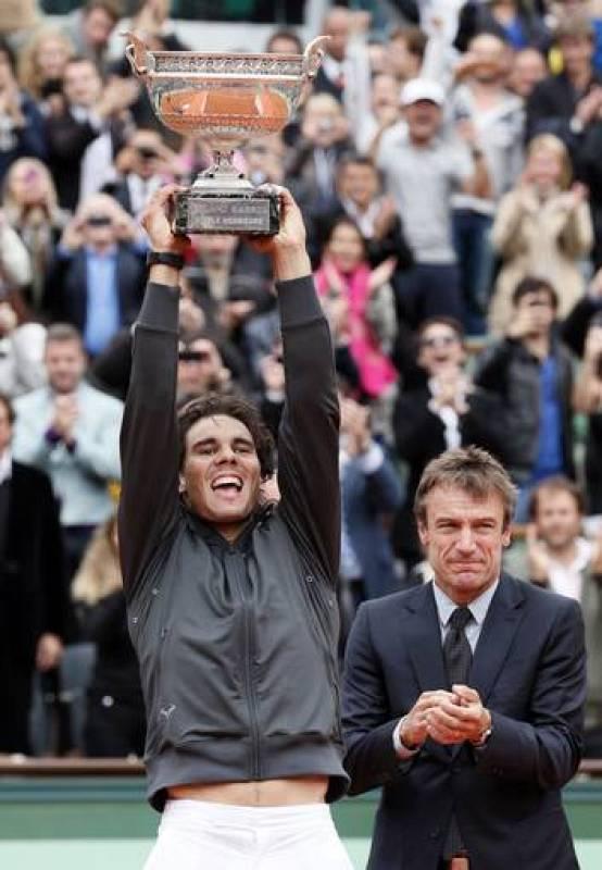 El tenista español Rafa Nadal levanta su séptimo trofeo de Roland Garros tras ganar a Novak Djokovic.