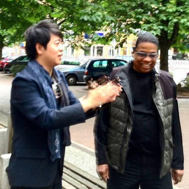 Los pianistas Lang Lang (la estrella del piano actual) y Herbie Hankock (estrella del jazz contemporáneo) se encuentran en Berlín antes de concierto que ofrecen juntos.