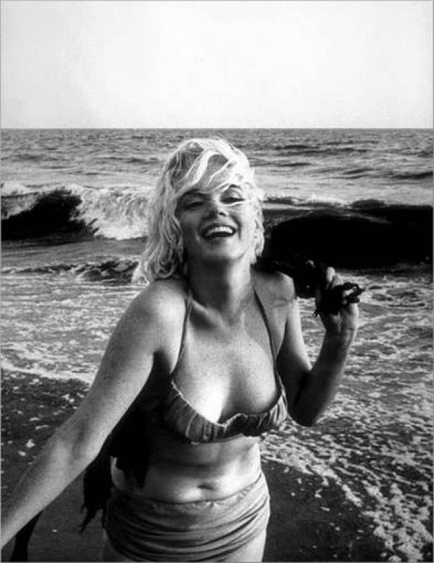 Marilyn Monroe en la playa en 1962.