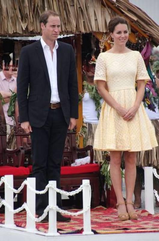 Kate ha elegido un vestido de una firma independiente en color amarillo, aunque en un tono mucho menos llamativo que el Jaeger que lució días antes en Honiara
