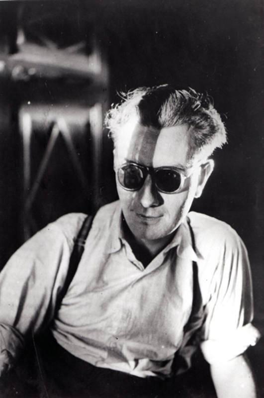 Joan Brossa nació en Barcelona el año 1919. Desde niño tuvo pasión por el teatro