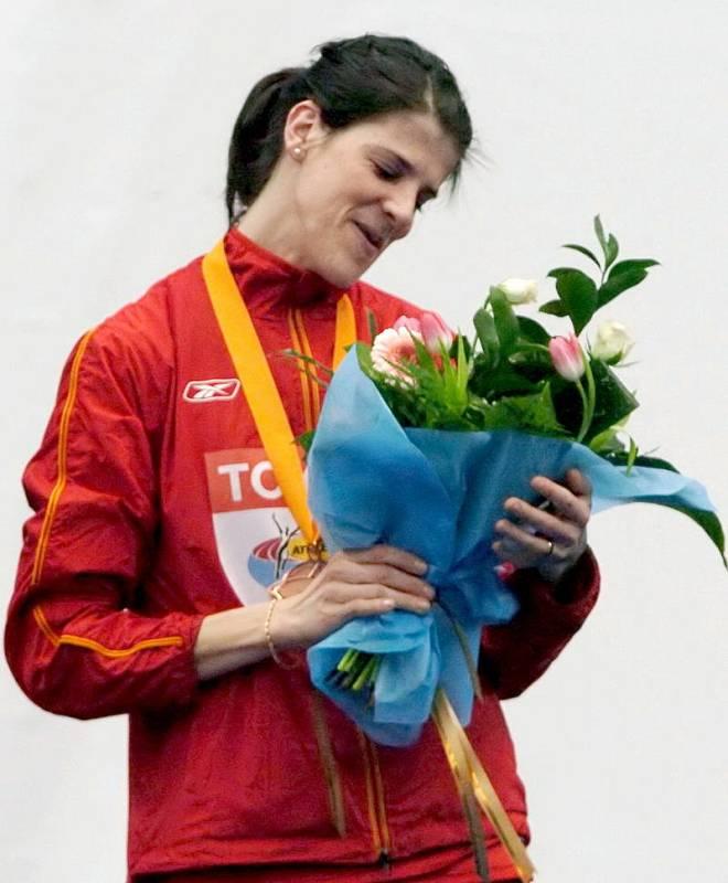 La saltadora española observa su ramo de flores en el podio tras conseguir la medalla de bronce en la final de salto de altura de los XI Campeonatos del Mundo de Atletismo en pista cubierta de Moscú 2006.