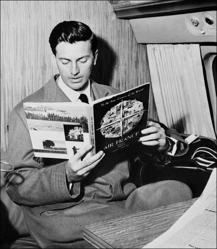 Hubert de Givenchy en 1957, durante un vuelo a Beauvais.
