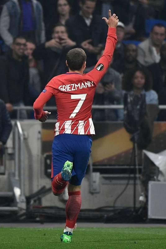 Griezmann celebra con sus aficionados el gol colchonero.