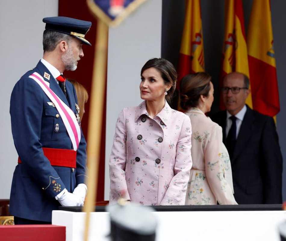 El rey Felipe, acompañado por la Reina Letizia, a su llegada al acto central del Día de las Fuerzas Armadas