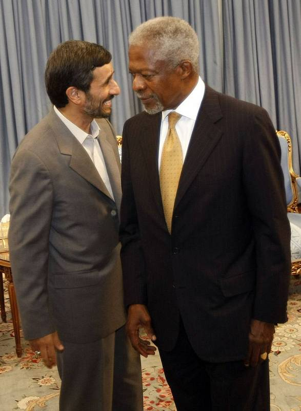 Kofi Annan con el presidente de Irán Mahmoud Ahmadinejad en Teherán (13/10/2008)