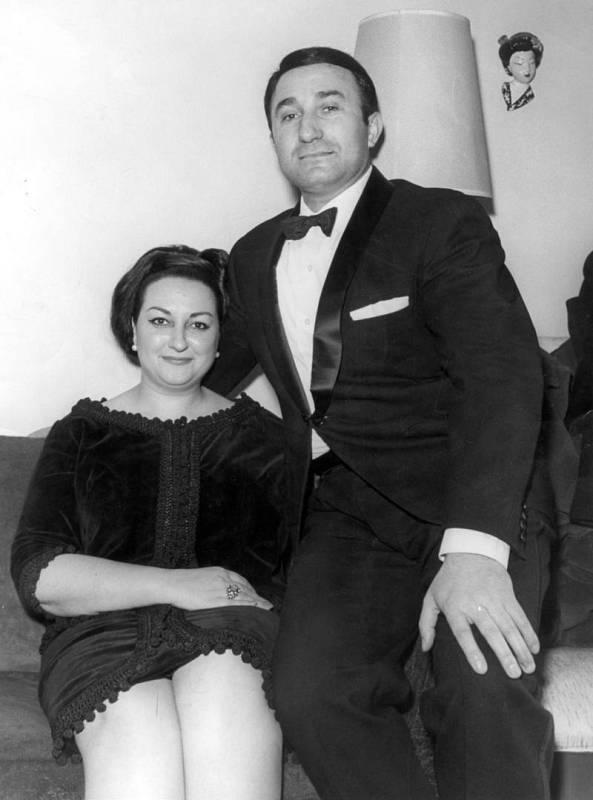 Los cantantes de ópera Montserrat Caballé y Bernabé Martí, momentos antes de prometerse matrimonio en 1964