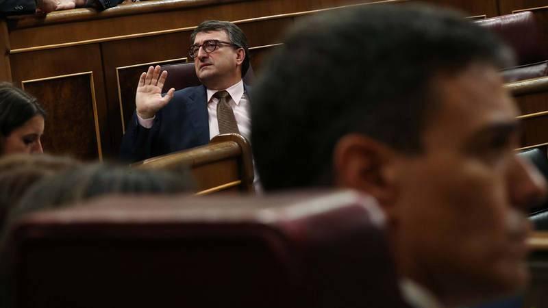 El portavoz del PNV en el Congreso, Aitor Esteban, habla con sus compañeros de grupo en presencia de Pedro Sánchez.