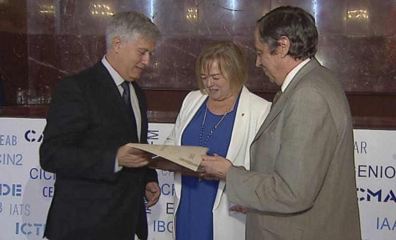 El director y presentador del programa, Pere Buhigas, recibió el premio de manos de la presidenta del CSIC, Rosa Menéndez.