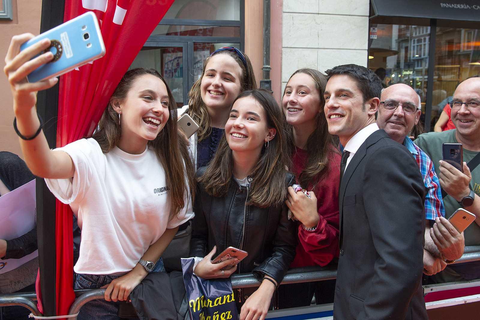 Gritos, autógrafos y muchos selfies: así ha recibido Vitoria a los actores de 'Estoy vivo'