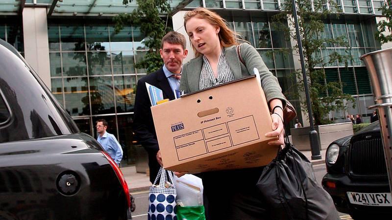 Una empleada del banco de inversiones Lehman Brothers abandona las oficinas con el contenido de su mesa en una caja en Londres
