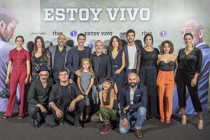 El reparto de la segunda temporada de 'Estoy vivo' en la presentación de la serie