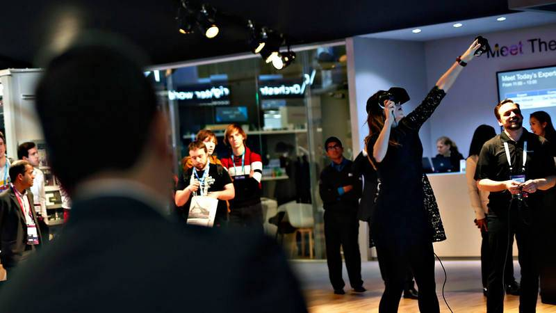 Una mujer prueba un dispositivo de realidad virtual en el Mobile World Congress de Barcelona