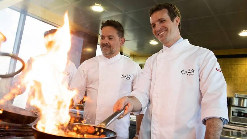 Pablo Casado cocina junto al chef Iván Acedo en el resturante Aura, en Zaragoza.