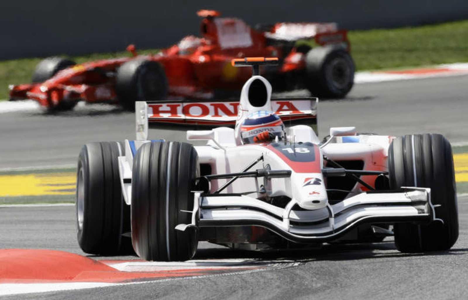 El piloto japonés de Super Aguri, Takuma Sato, toma una curva durante la segunda sesión de entrenamientos libres del GP de España en Montmeló el 25 de abril de 2008.