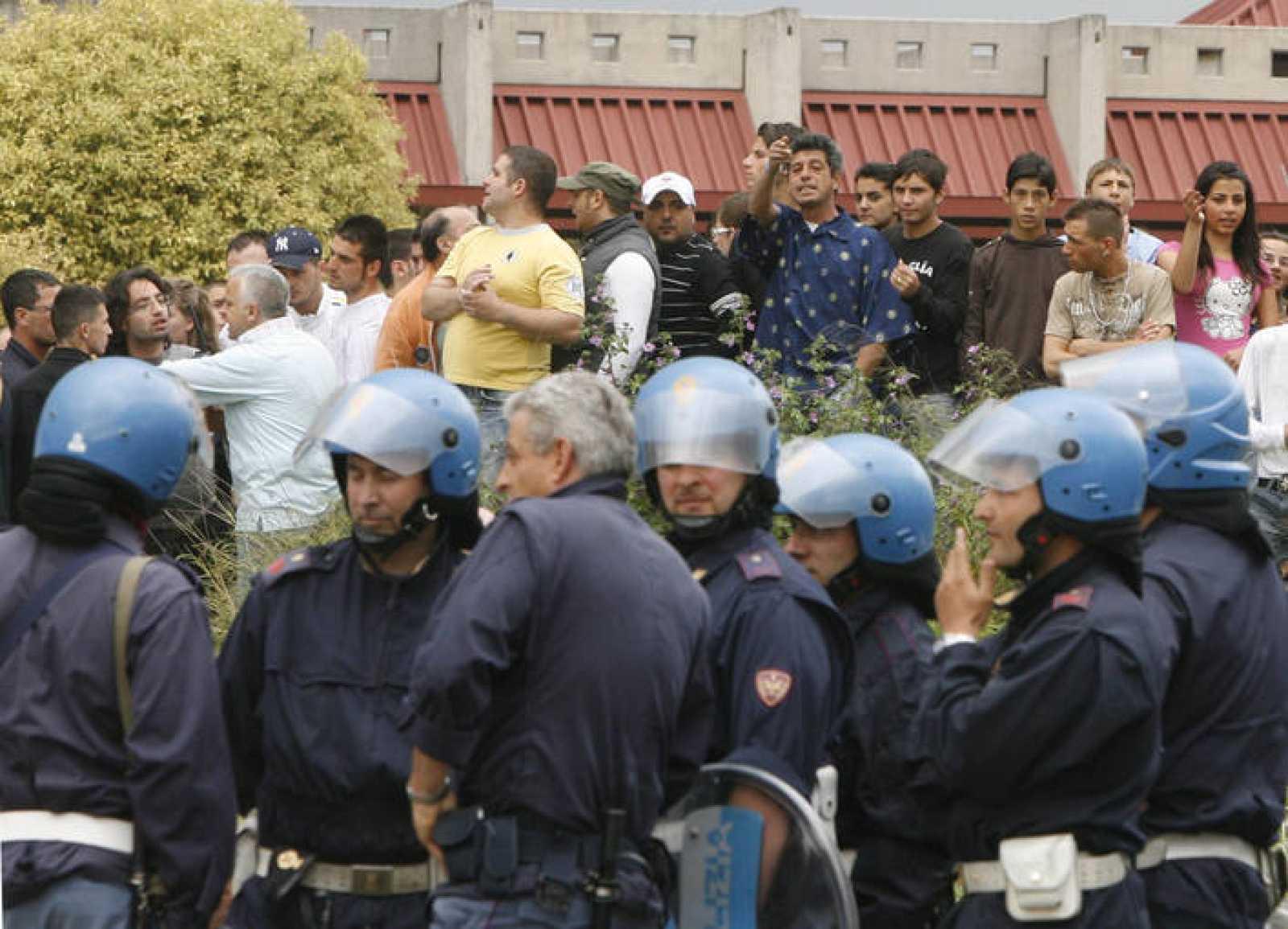 La policía napolitana protege los campamentos gitanos de Nápoles