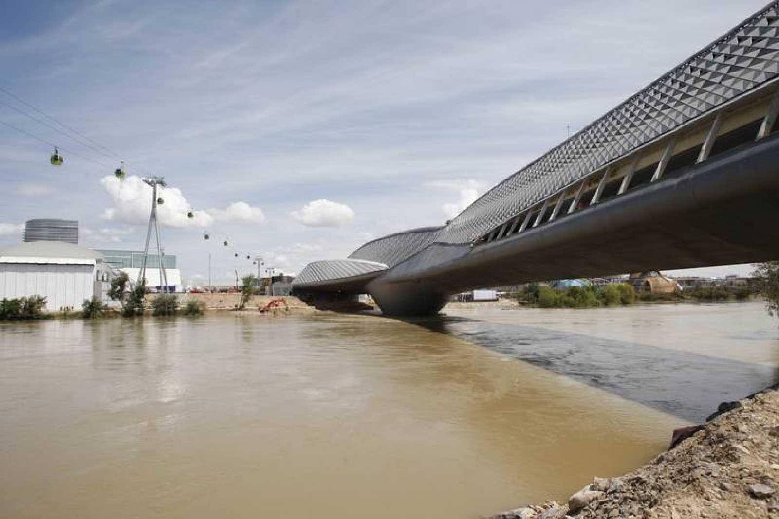 Vista del exterior del pabellón Puente de la Expo Zaragoza 2009, sobre el río Ebro, crecido por las últimas lluvias.