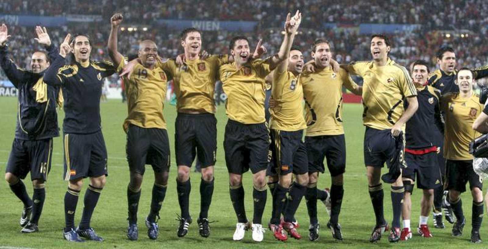 Los jugadores de la selección española celebran su victoria ante Rusia.