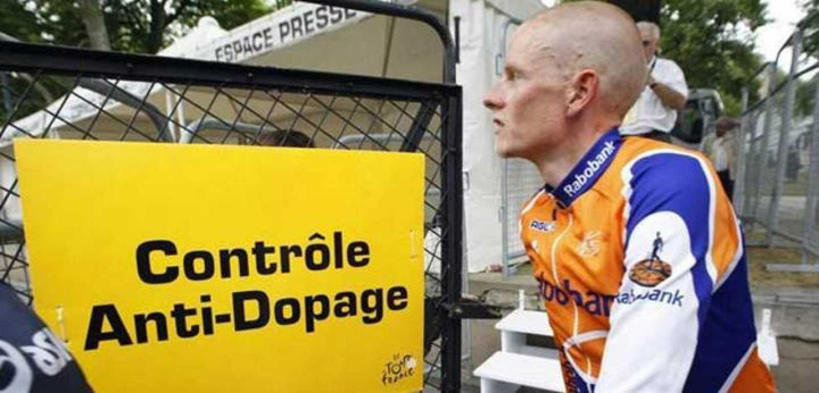 Rasmussen en un control antidopaje del pasado Tour