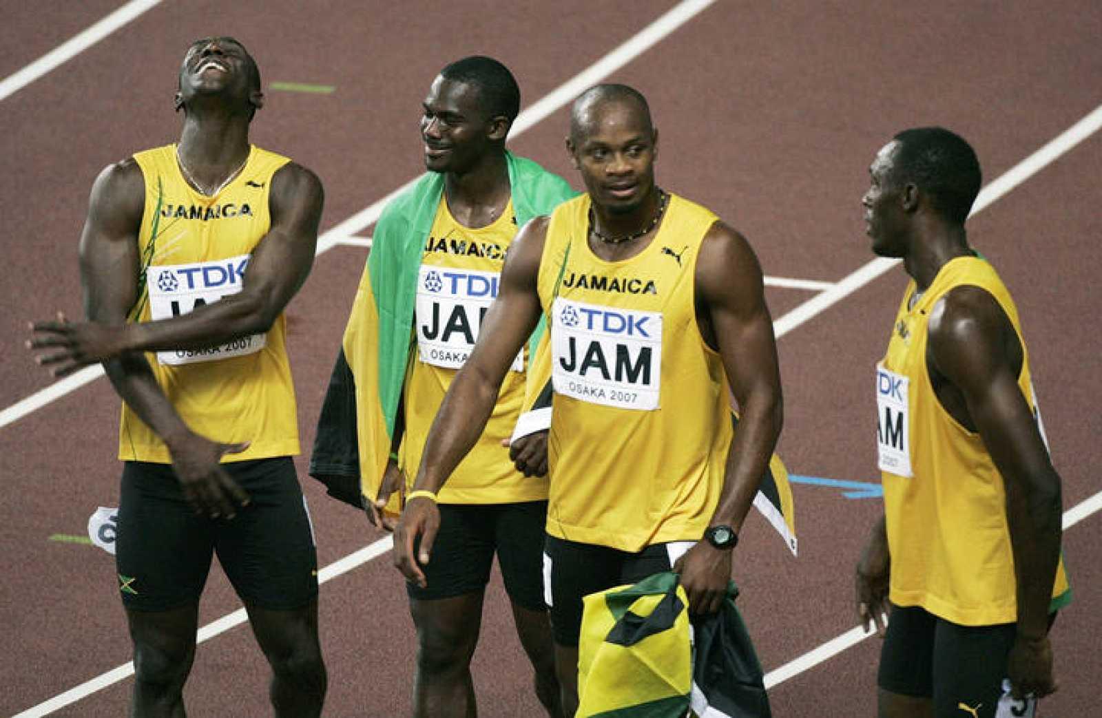 Los velocistas jamaicanos Marlon Devonish, Nesta Carter, Asafa Powell y Usain Bolt, tras una competición de 4x100.