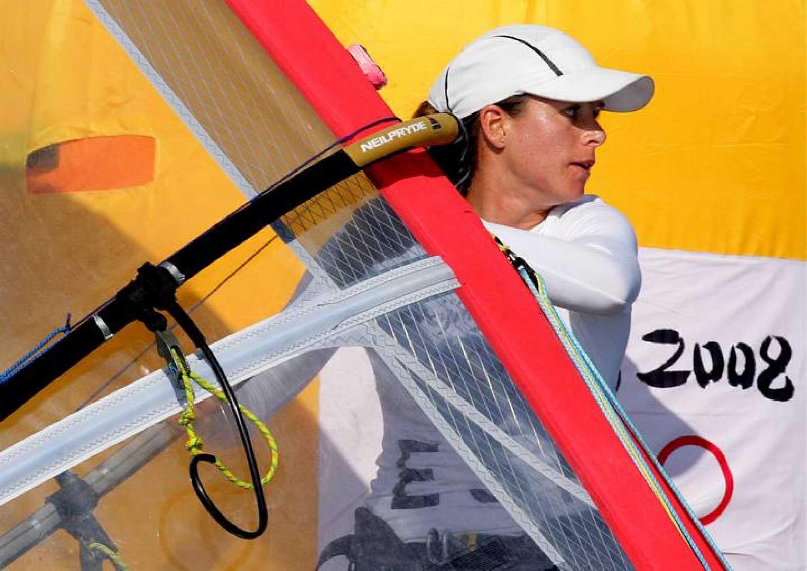 La regatista Marina Alabau disputará mañana la regata por las medallas de la tabla a vela RS:X femenino desde la quinta posición, a 13 puntos de la medalla de oro.