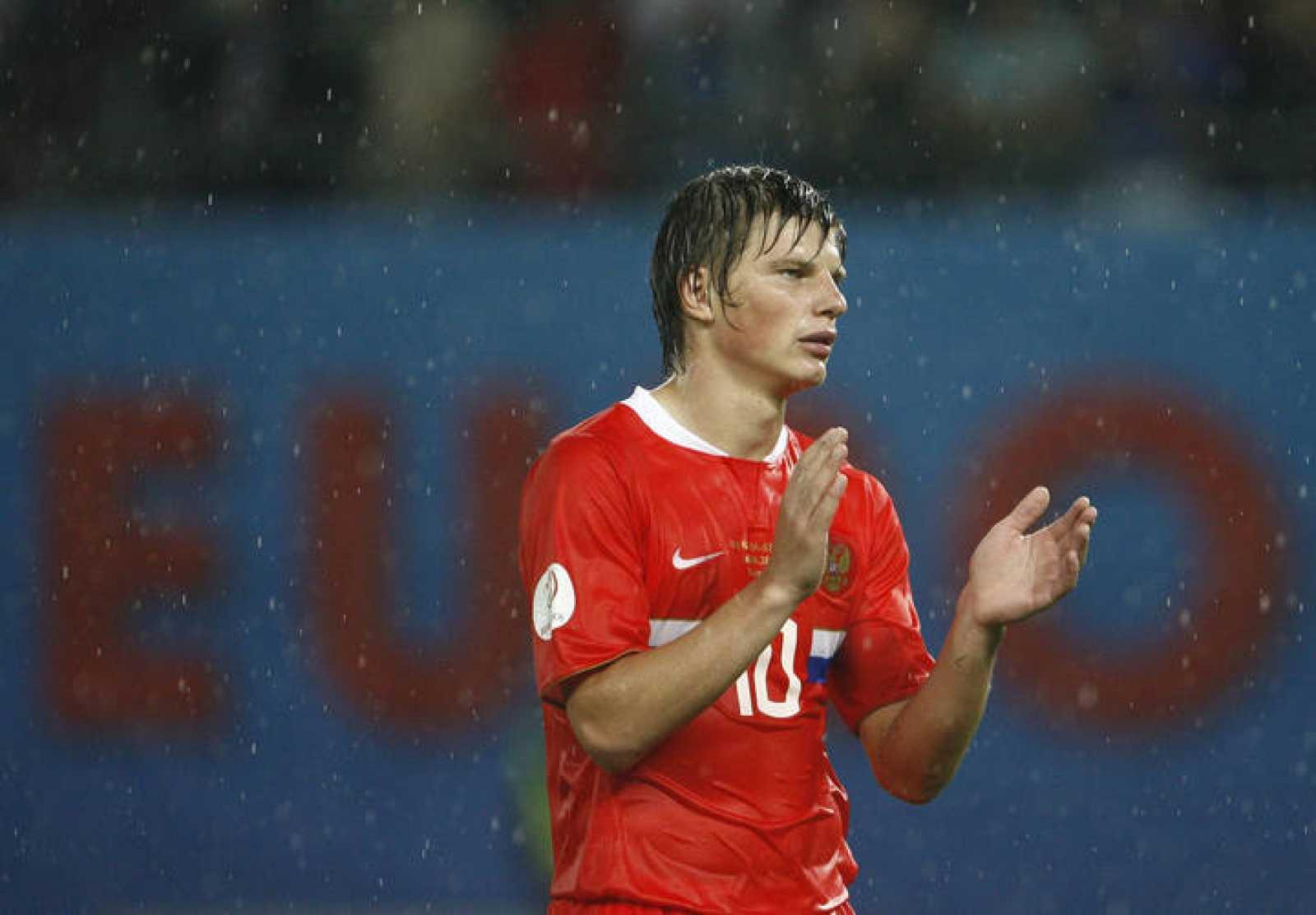 Arshavin reacciona tras la eliminación de Rusia en las semifinales de la Eurocopa ante España