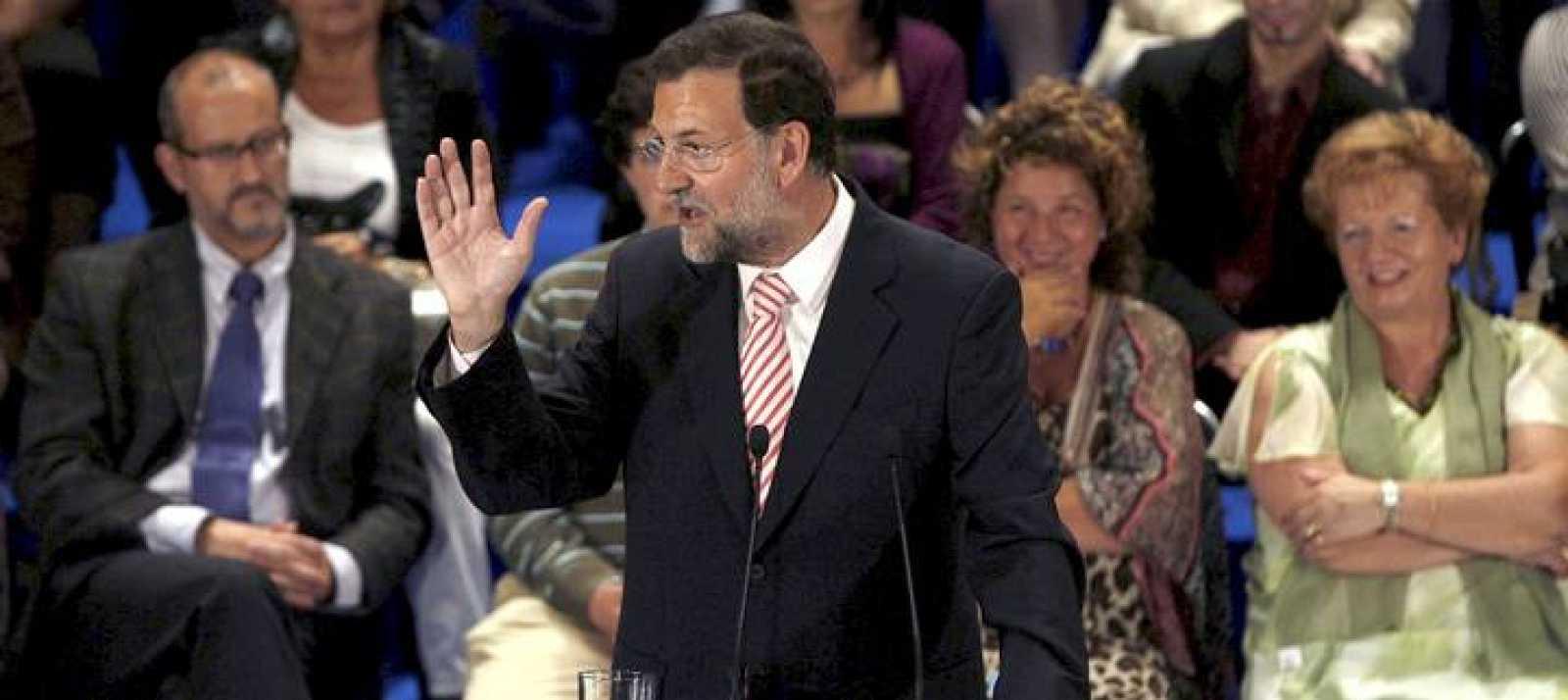El presidente del Partido Popular, Mariano Rajoy, durante el discurso que ha pronunciado n Bilbao en el acto de entrega de carnés del partido a 107 nuevos afiliados a esta formación en el País Vasco