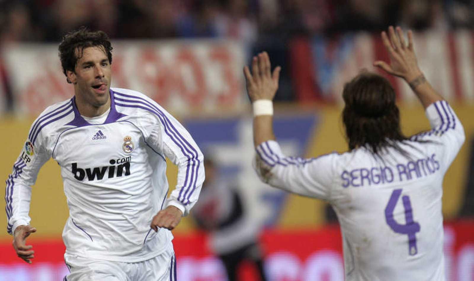 Ruud Van Nistelrooy celebra un gol con Sergio Ramos durante el último encuentro disputado entre el Real Madrid y el Atlético de Madrid.