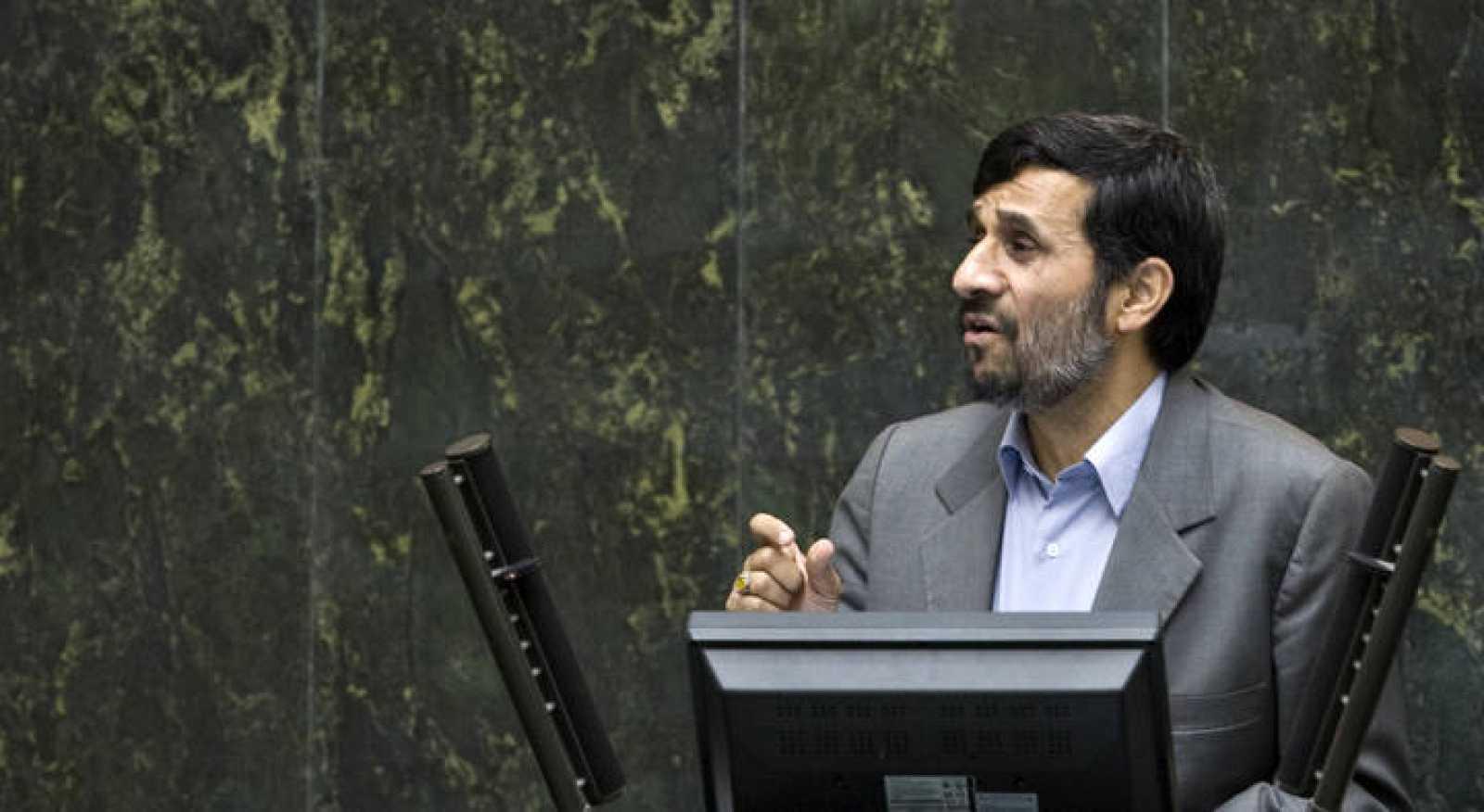 Ahmadineyad, durante su rueda de prensa en Kemansah, al oeste de la capital iraní.